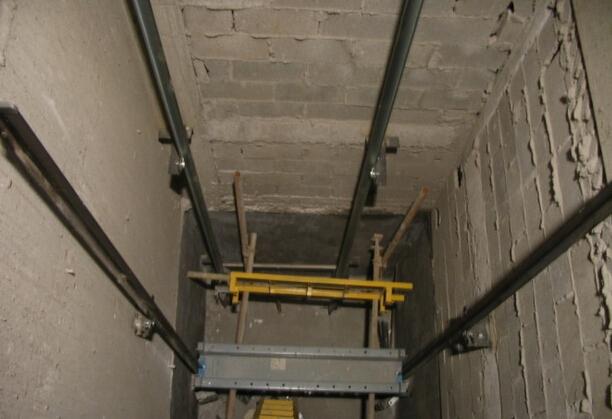 安装一节轨道后安装下梁